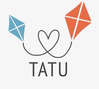 Tatu ry:n logo, jossa tekstin TATU yläopuolella sydän, joka lennättää sinistä ja punaista leijaa